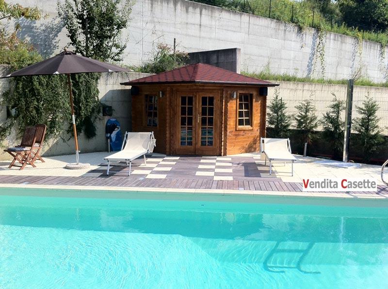 Casetta in legno per giardino con piscina