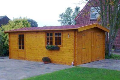 Garage in legno con tegole amiche dell'ambiente