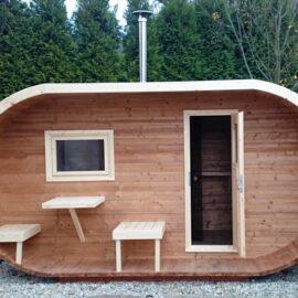 sauna da esterno ovale con tavolo e sgabelli